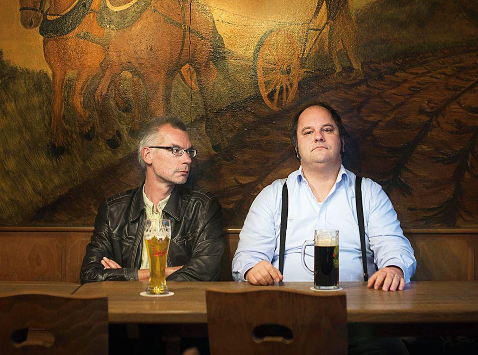 """Interview: Matthias Egersdörfer, 45 (rechts im Bild) ist Kabarettist, der fränkische Akzent sein Markenzeichen. Bekannt wurde er durch Auftritte in """"Neues aus der Anstalt"""" und """"Satire-Gipfel"""". Jürgen Roth, 46, Schriftsteller und Journalisten schreibt unter anderem für das Satiremagazin """"Titanic"""""""