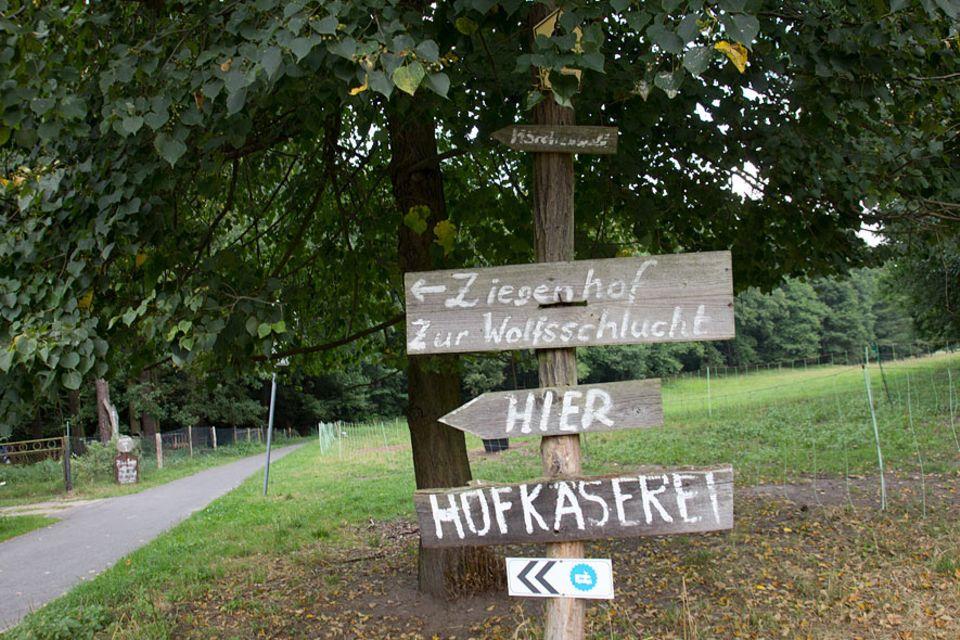 """Stellplatzführer """"Landvergnügen"""": Am Ende der Welt - das kleine Schild mit dem Huhn oben auf dem Wohnmobil-Dach verrät, dass Landvergnügen-Gäste hier willkommen sind"""