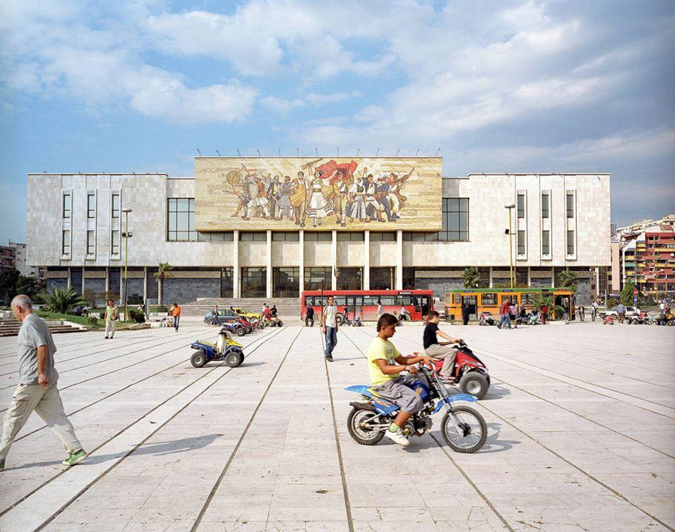 Albanien: Das Zentrum von Tirana - Mini Mofas und Quads zu mieten vor dem Nationalmuseum