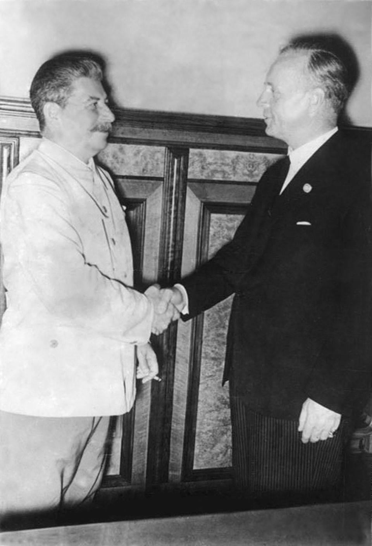 Um freie Hand für einen Überfall auf Polen zu haben, schließen das nationalsozialistische Regime und die UdSSR im August 1939 einen Nichtangriffspakt und teilen ihre Einflusssphären in Osteuropa auf (der sowjetische Diktator Stalin (l.) mit dem deutschen Außenminister Joachim von Ribbentrop)