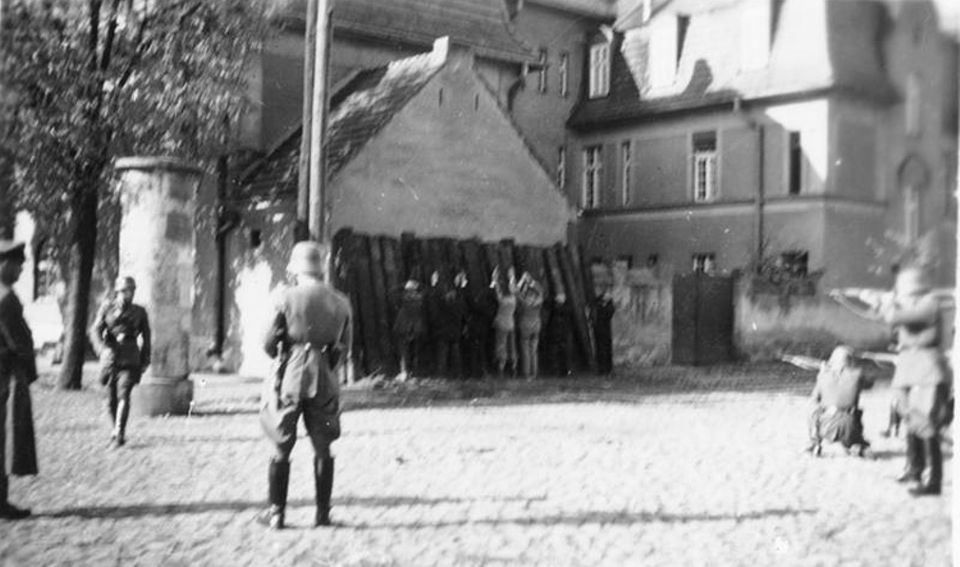 Die Wehrmacht führt ihren Feldzug auch gegen die Bevölkerung. Mit brutaler Gewalt geht die SS wie hier in Kórnik bei Posen gegen vermeintliche Widerstandskämpfer vor (Erschießung von polnischen Geiseln durch Soldaten einer Einsatzgruppe )