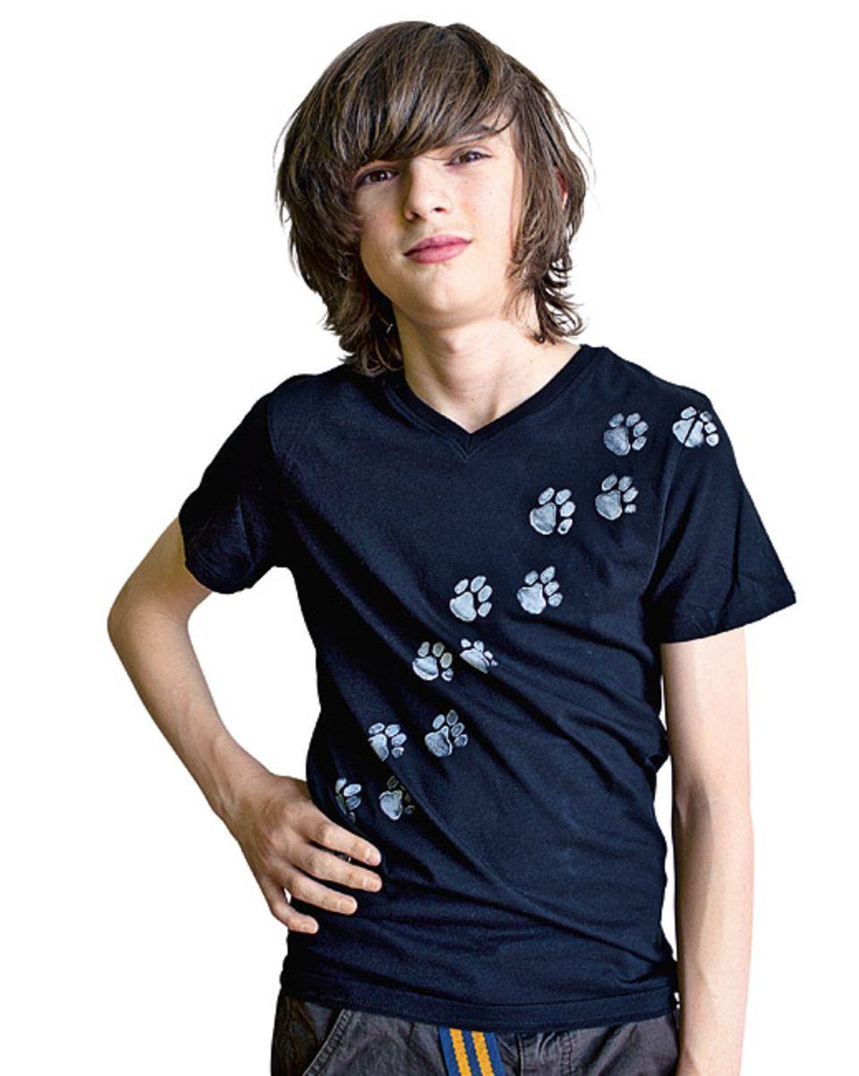 Basteltipp: Frisch bedruckt: Unser Model Anton trägt das druckfrische Tatzen-T-Shirt. Neue Kleidungsstücke solltet ihr vor dem Bedrucken waschen. Dann hält die Farbe besser auf dem Stoff
