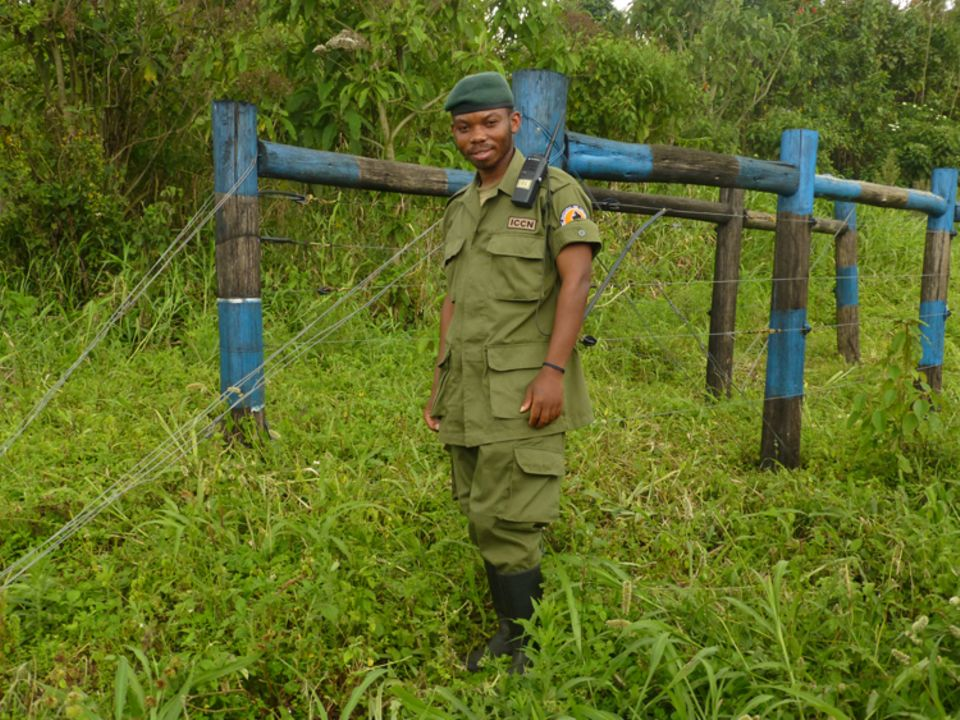 Demokratische Republik Kongo: Dieser Ranger kontrolliert den Elektrozaun, der Zusammenstöße zwischen Wildtieren, etwa Büffeln, und den Kleinbauern der Umgebung verhindert