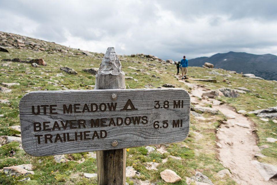 Rocky Mountains Nationalpark: Der Upper Beaver Meadows Rundwanderweg bietet einen weitläufigen Blick über den Rocky Mountain Nationalpark. Ein Abstecher vom Pfad führt zum Ute Meadows Zeltplatz, wo campen in der Wildnis erlaubt ist