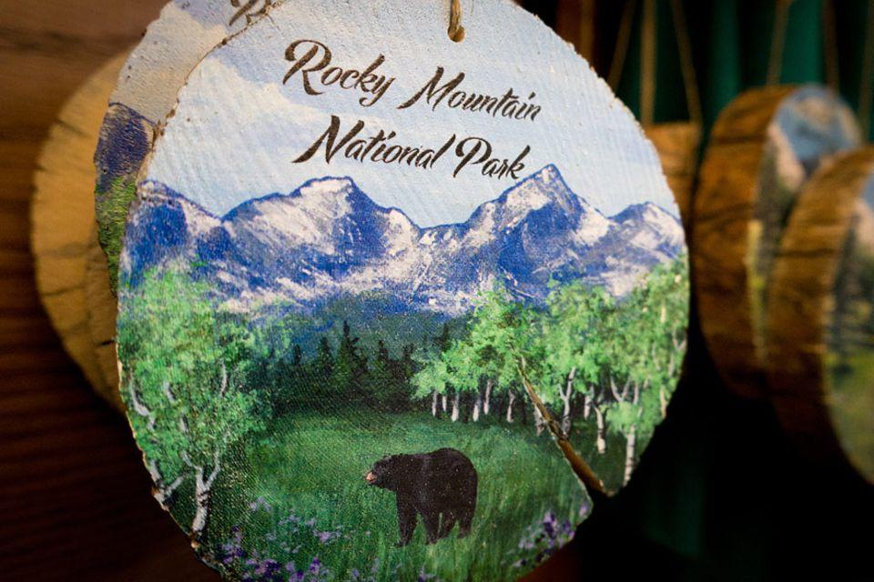 Rocky Mountains Nationalpark: Eine Holzplakette als Mitbringsel vom Souvenirladen des Beaver Meadows Besucherzentrums im Rocky Mountain Nationalpark