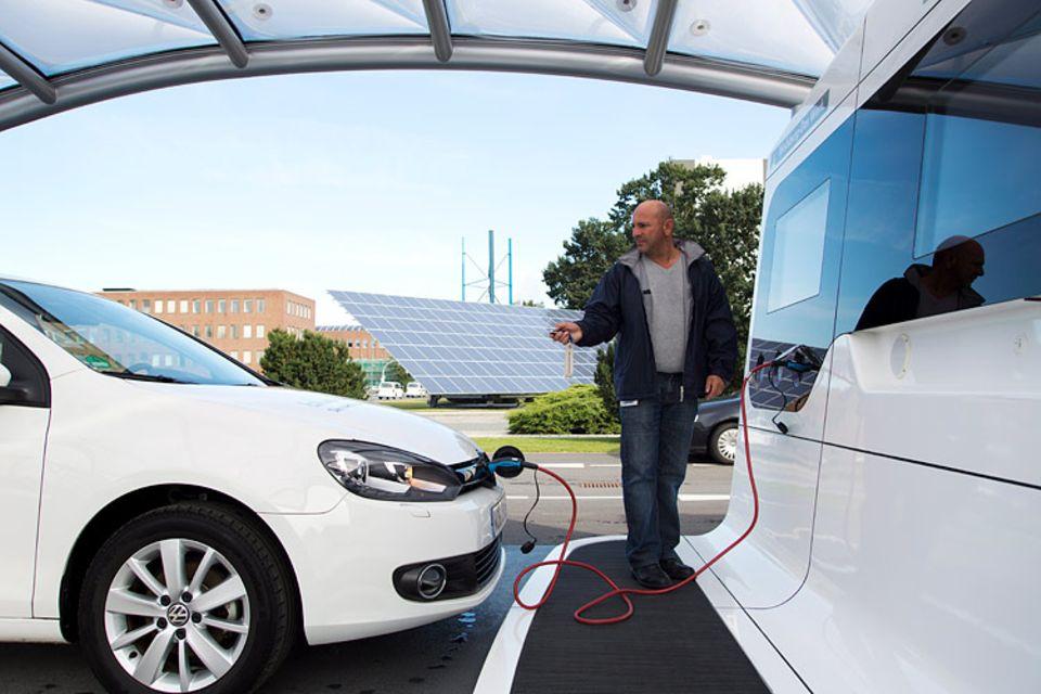 Elektroauto: Ein Golf 7 mit Elektroantrieb wird an der Elektrotankstelle aufgeladen