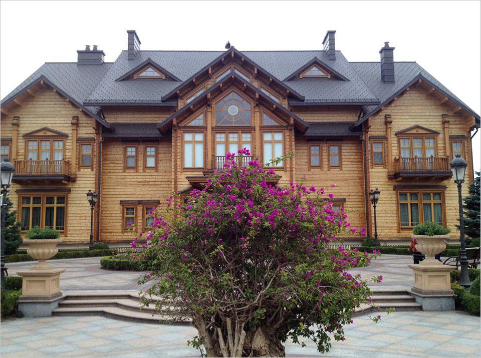 Skurriles Museum in Kiew: Eine finnische Firma erbaute die von außen noch recht unscheinbare Holzvilla einst. Nach offiziellen Angaben hat sie umgerechnet 10 Millionen US-Dollar gekostet, inoffiziell weit mehr