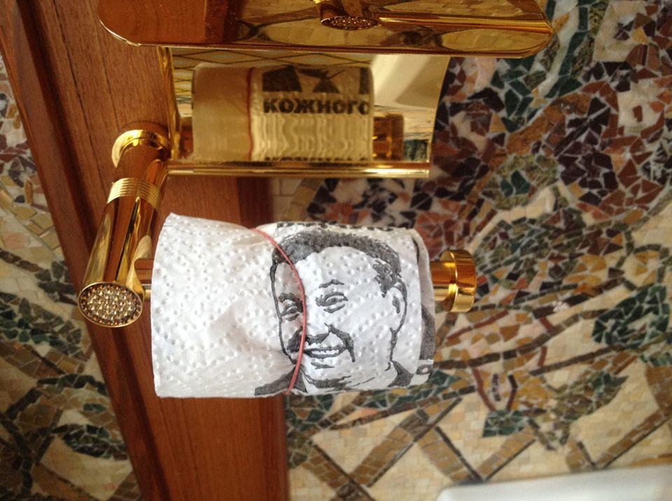 Skurriles Museum in Kiew: Goldene Amaturen, goldene Klobrillen – Wiktor Janukowitsch wusste sich zu feiern. Das eigene Konterfei auf dem Toilettenpapier kam allerdings erst nach seinem Sturz in den Palast
