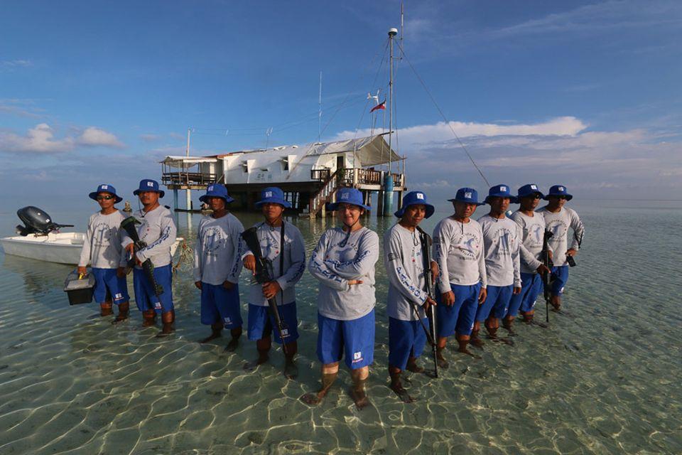 Angelique Songko (mi.) ist Chefin der Ranger-Truppe im Tubbataha Atollsystem, einem der prachtvollsten und artenreichsten Riffe weltweit