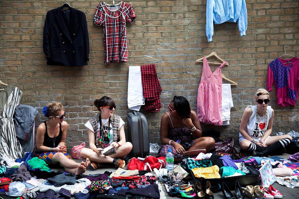 Reisetipps London: Eine Mischung aus Flohmarkt und Streetfood-Festival: Jeden Sonntag ist die Brick Lane gesäumt von Ständen aller Art - internationales Essen, Vintage-Klamotten und Platten