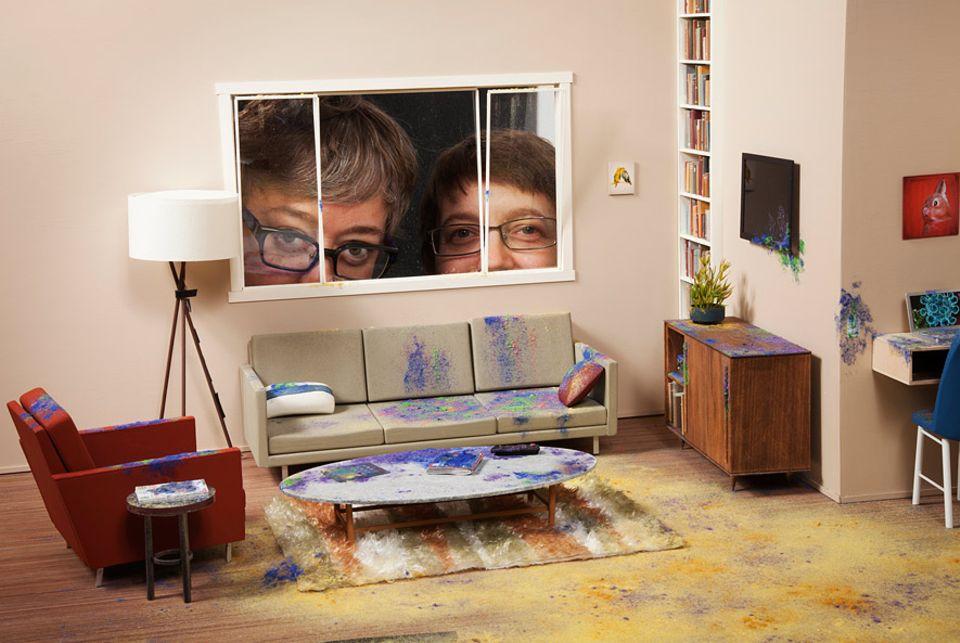 Bakterien: Selfie durchs Fenster: die New Yorker Künstlerinnen Lori Nix (links) und Kathleen Gerber
