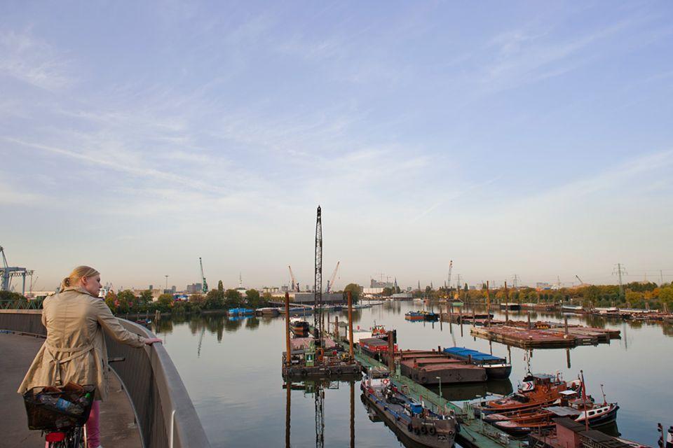 Reisetipps: 16 Kilometer kreuz und quer durch den Hamburger Hafen – ein Radtour mit besonderen Ausblicken. In der Ferne liegt die Elbphilharmonie