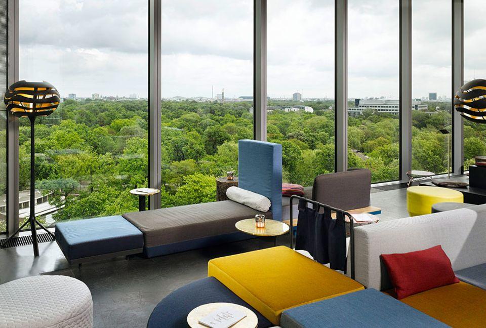 Reisetipps: Die Monkey Bar im 10. Stock des 25hours Hotels ist der neue Liebling für einen Absacker zum Sonnenuntergang. Der Blick über den Tiergarten und den Zoo ist inklusive