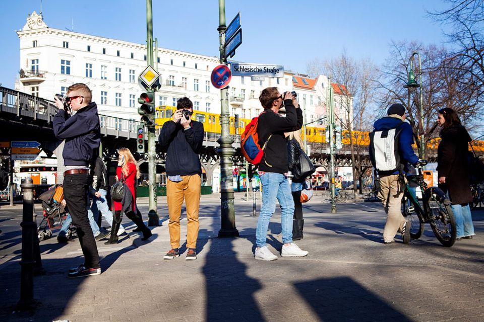"""Reisetipps: Achtung, hier kommt ein Erinnerungsfoto! Kein anderer Stadtteil der Hauptstadt ist so angesagt und """"multikulti"""" wie Kreuzberg - das muss man im Bilde festhalten"""