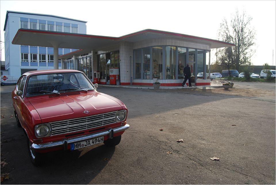 Reisetipps: Die Tankstelle Brandshof ist besonders an den Wochenenden ein beliebter Oldtimer-Treff und versprüht Rockabilly-Charme