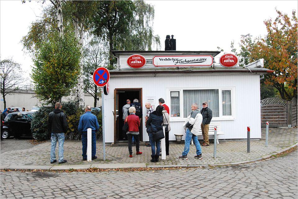 """Reisetipps: Eine Institution seit 1932: Die Veddler Fischgaststätte. Der Ofen stammt aus dem Jahr 1947 und diverse Auszeichnungen beglaubigen, dass es hier den """"besten Backfisch in Hamburg"""" gibt"""