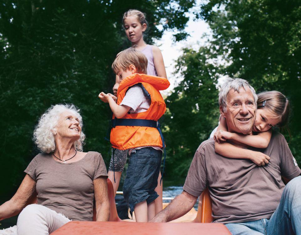 Grosseltern: Mit Oskar, Lena und Carina fahren Marianne Emrich, 65, und Otto Fricke, 75, Tretboot auf dem Main. Früher empfingen Großeltern ihre Enkel eher im Lehnstuhl, heute sind die Generationen gemeinsam aktiv