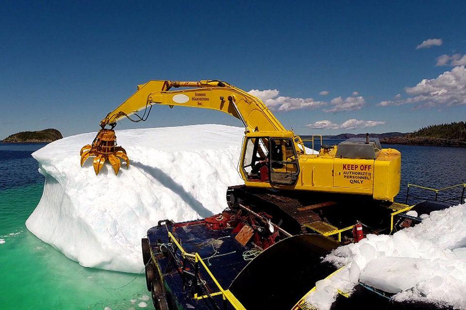 Einige Einwohne Neufundlands fangen die vorbeiziehende Eisberge ab und schmelzen sie zum reinsten Trinkwasser, das es gibt