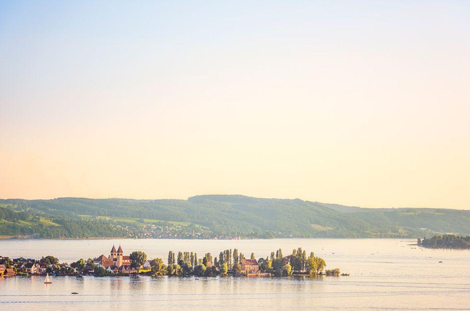 REISEZIEL: Die Insel Reichenau im Bodensee - von Allensbach aus gesehen, wo auch eine Fähre ablegt