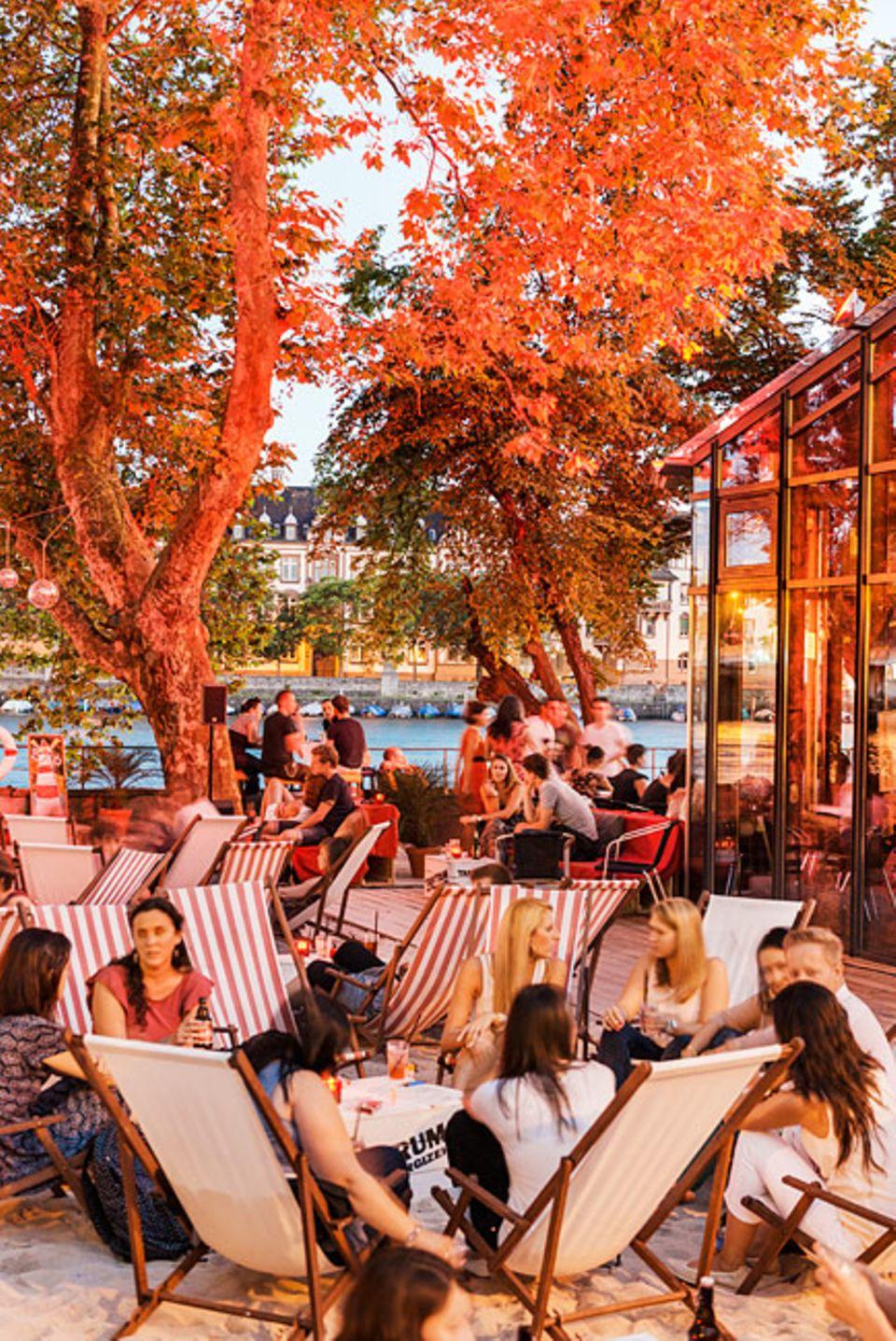 """REISEZIEL: Die Strandbar """"Sandkasten"""" ist nicht nur bei Studenten beliebt. Sie liegt direkt am Seerhein mit Blick auf die malerische Altstadt"""
