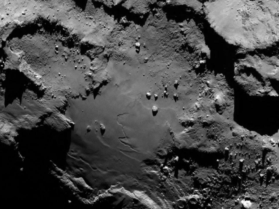 Raumsonde Rosetta: Schwieriges Manöver: Der vorgesehene Landeplatz aus einer Distanz von 130 Kilometern. Sichtbar sind Ebenen, aber auch Krater und Kliffs, die dem Lander Philae gefährlich werden könnten