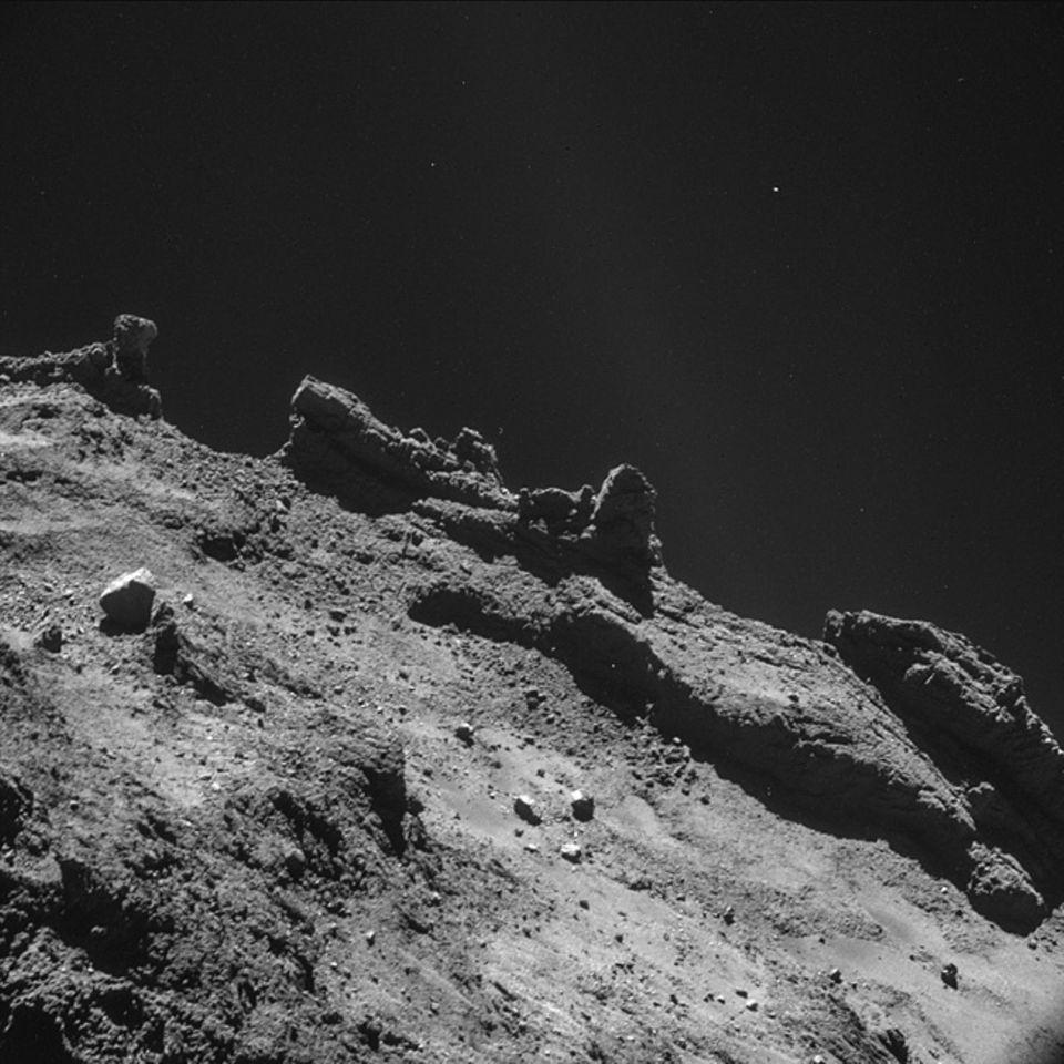 Raumsonde Rosetta: Aus einer Entfernung von rund acht Kilometern werden vor dem Hintergrund des Alls dramatische Landschaftsstrukturen sichtbar