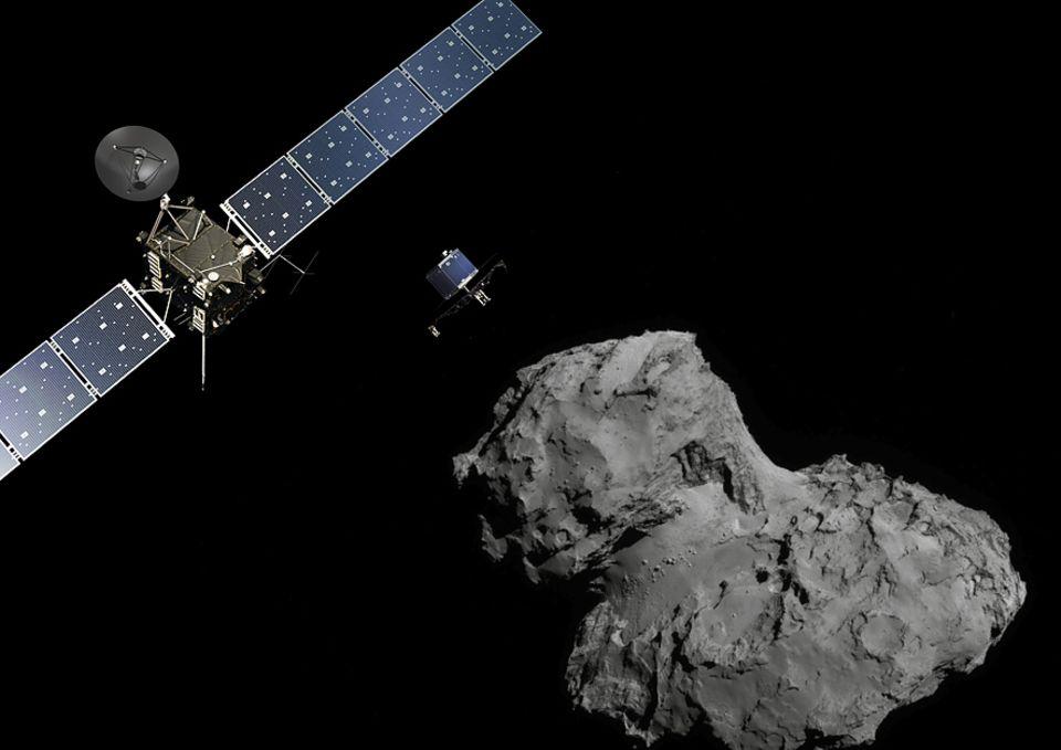 """Raumsonde Rosetta: Der etwa waschmaschinengroße Lander Philae (Bildmitte) im Anflug auf """"Tschuri"""". Links: Die Sonde Rosetta"""