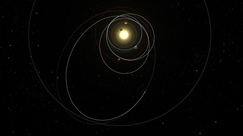 """Raumsonde Rosetta: Seit ihrem Start im März 2004 raste Rosetta dreimal an der Erde und einmal am Mars vorbei. Im August schwenkte sie dann in einen Orbit um den Zielkometen """"Tschuri"""" ein"""