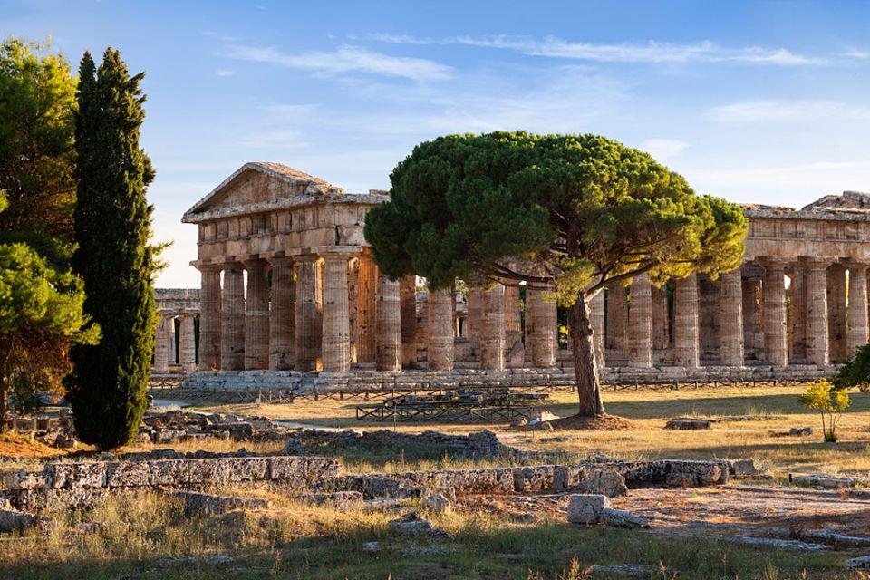 Cilento: Seit 2500 Jahren stehen in der antiken Stadt Paestum drei griechische Tempel, so gut erhalten, dass sich gar die Akropolis warm anziehen muss