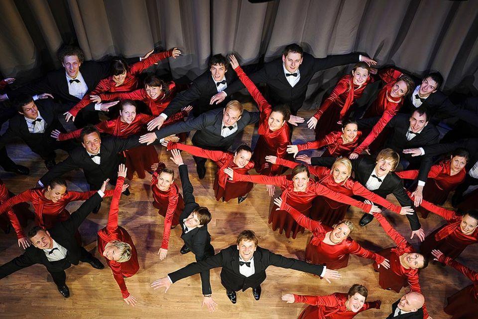 """Der berühmte Chor """"Balsis""""(Stimmen) und ihr Chorleiter Ints Teterovski"""