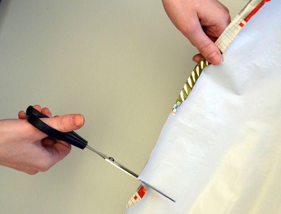 Weihnachten: Geschenkpapier für den Adventskalender zuschneiden