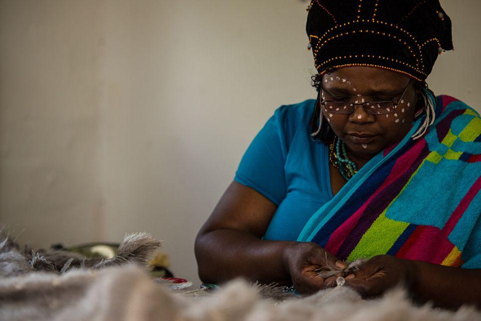 Xhosa-Frau Portia in der Werkstatt von Ricca Turgel