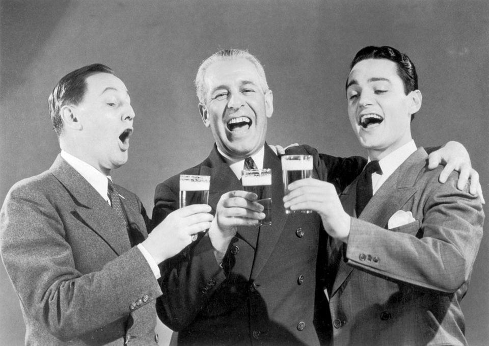 Kuriose Forschung: Wenn Männer gemeinsam trinken, wirkt ihr Lächeln ansteckender auf andere Männer