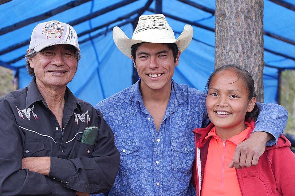 Brad Holmes (mi.) ist der Sieger des diesjährigen Bergrennens, einem der traditionellen Wettbewerbe der Chilcotion-Indianer