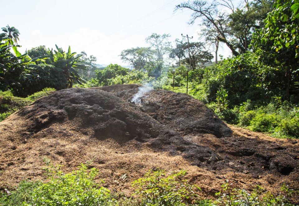 Äthiopien: Brennender Abfallhaufen aus Schälresten