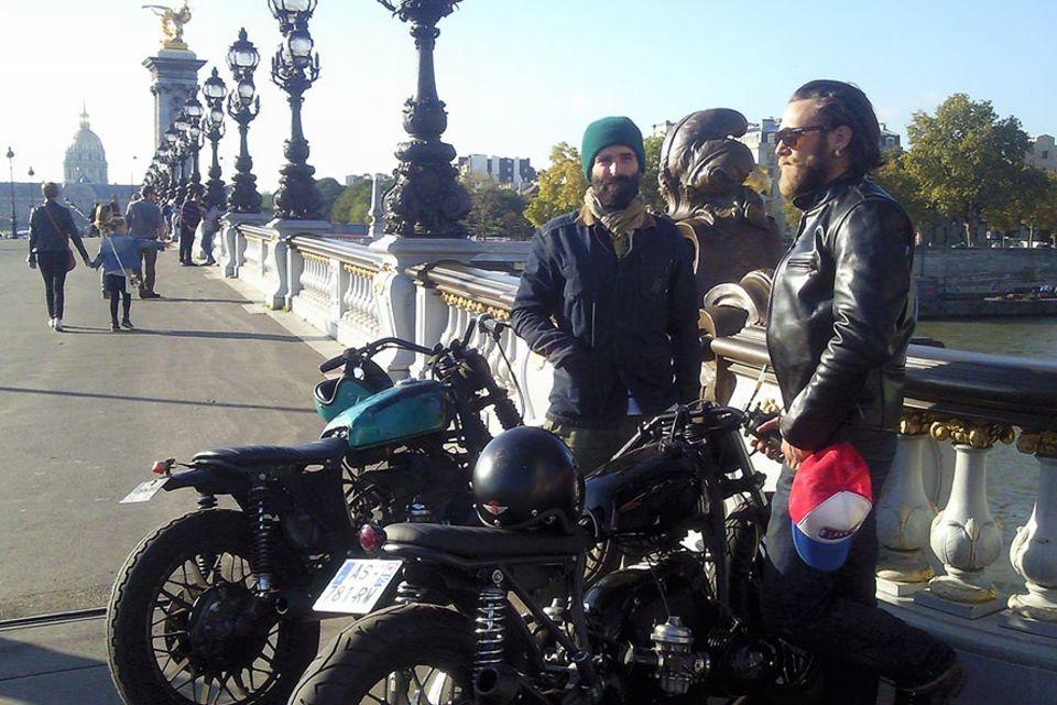 """Fred Jourden and Hugo Jezegabel auf der Brücke """"Alexandre III"""" in Paris"""