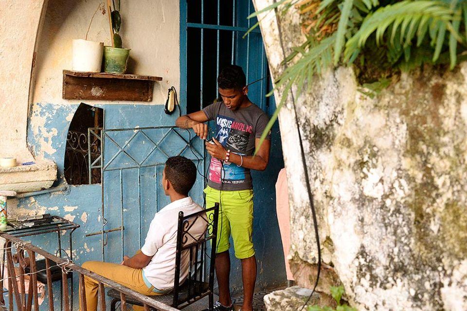 Yoni bei der Eröffnung seines Hundesalons in Havannas Stadtviertel Playa, Kuba