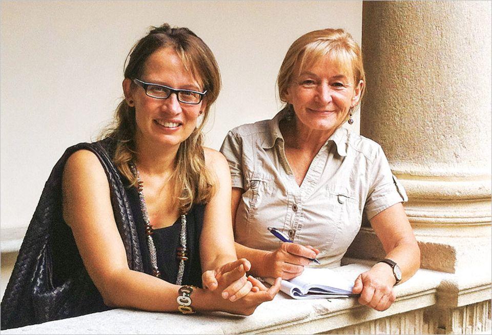 Bindegewebe: Hanie Luczak (r.), GEO-Redakteurin und promovierte Biochemikerin, gewann bei Professorin Carla Stecco in Padua nicht nur Einblicke in Körper, sondern erlebte auch herzliche italienische Gastfreundschaft. Stecco zählt zu den Pionierinnen der Faszien-Forschung