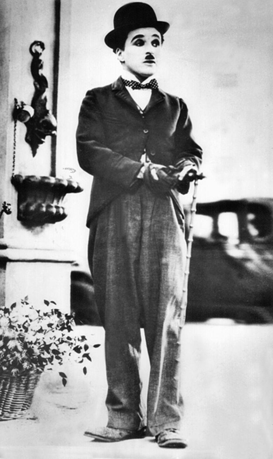 Biografie: Charlie Chaplins Stil war unverkennbar: Mit Spazierstock, Melone und Schnurrbart wurde er zu einem der größten Stars aller Zeiten