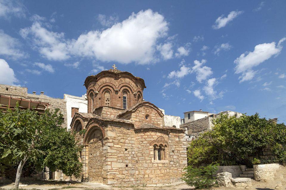 Griechenland: Den Hauptplatz von Pyrgi mit der kleinen Kirche auf der Insel Chios finden nur Entdecker