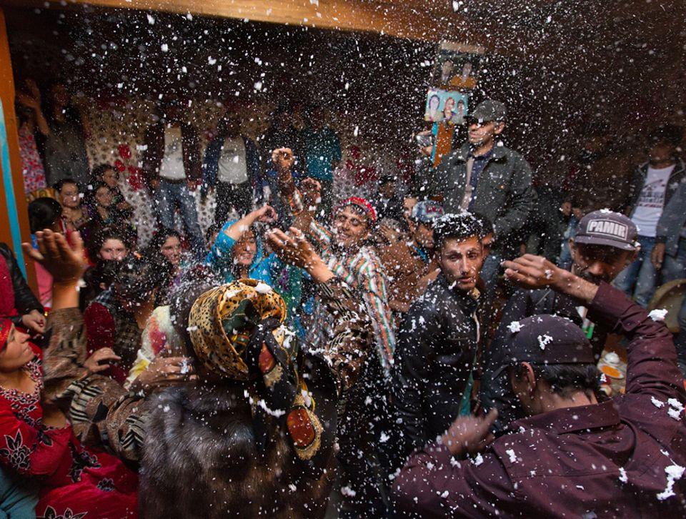 Abenteuer: Hochzeit in Roshorv. Ausgelassen tanzen die Gäste im Haus der Braut, umwirbelt von Schaum aus der Spraydose. Früher gingen die Partys bis in die Puppen, heute mahnt ein staatlicher Aufseher die Feiernden um zehn Uhr abends zum Aufbruch
