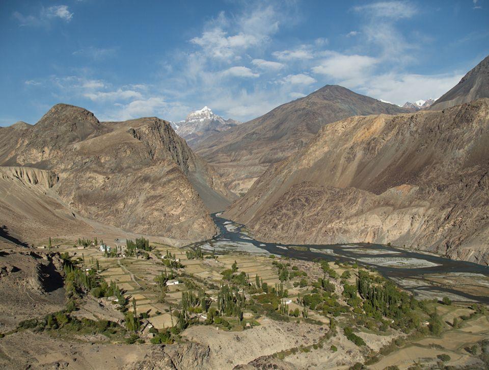 Abenteuer: Mit einer Höhe von knapp 7500 Metern ist der Pamir nach dem Himalaya das zweithöchste Gebirge der Welt. Die Bewohner seiner Täler leben vom Ertrag der kargen Böden. Nur Wasser gibt es im Überfluss, besonders im Sommer, wenn die Gletscher schmelzen