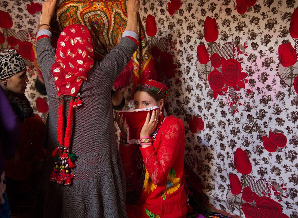 Abenteuer: Der glücklichste Tag im Leben? Die Braut verabschiedet sich beim Hochzeitsfest von ihren Eltern. Daher gebietet die Tradition, dass sich in ihrem Gesicht keine Freude zeigen darf
