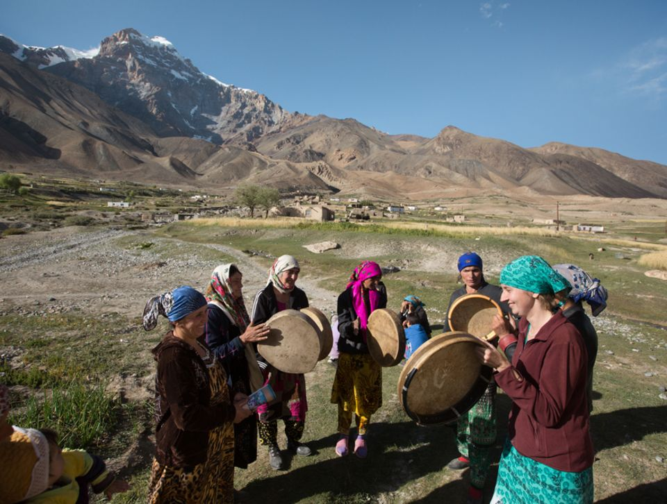Abenteuer: Frauen trommeln die Ankunft des Bräutigams herbei, die Tübinger Ethnografin Stefanie Kicherer (rechts im Bild) reiht sich in den Kreis ein - unter dem Namen Lola. Im Haus kleiden währenddessen Freundinnen die Braut ein