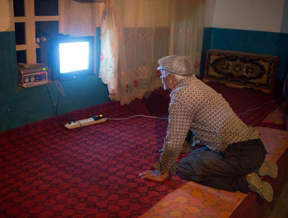 Abenteuer: Das Fenster zur Welt: Abends, wenn es Strom gibt im Dorf, schaltet Saradbek die Nachrichten ein. Der ehemalige Englischlehrer redet gern mit - auch über das Geschehen jenseits von Roshorv