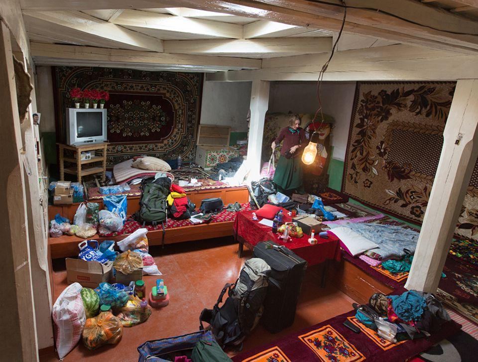 Abenteuer: Ein Haus besteht im Pamir meist aus einem großen, fast leeren Raum. In diesem hat sich das GEO-Team ausgebreitet, in einem Chaos aus Kleidung, Lebensmitteln, Geschenken