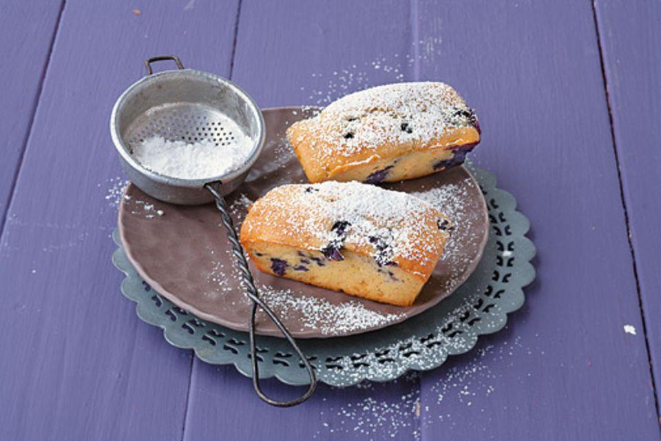 Rezept: Die kleinen Buttermilch-Heidelbeer-Kuchen sind im Handumdrehen fertig gebacken