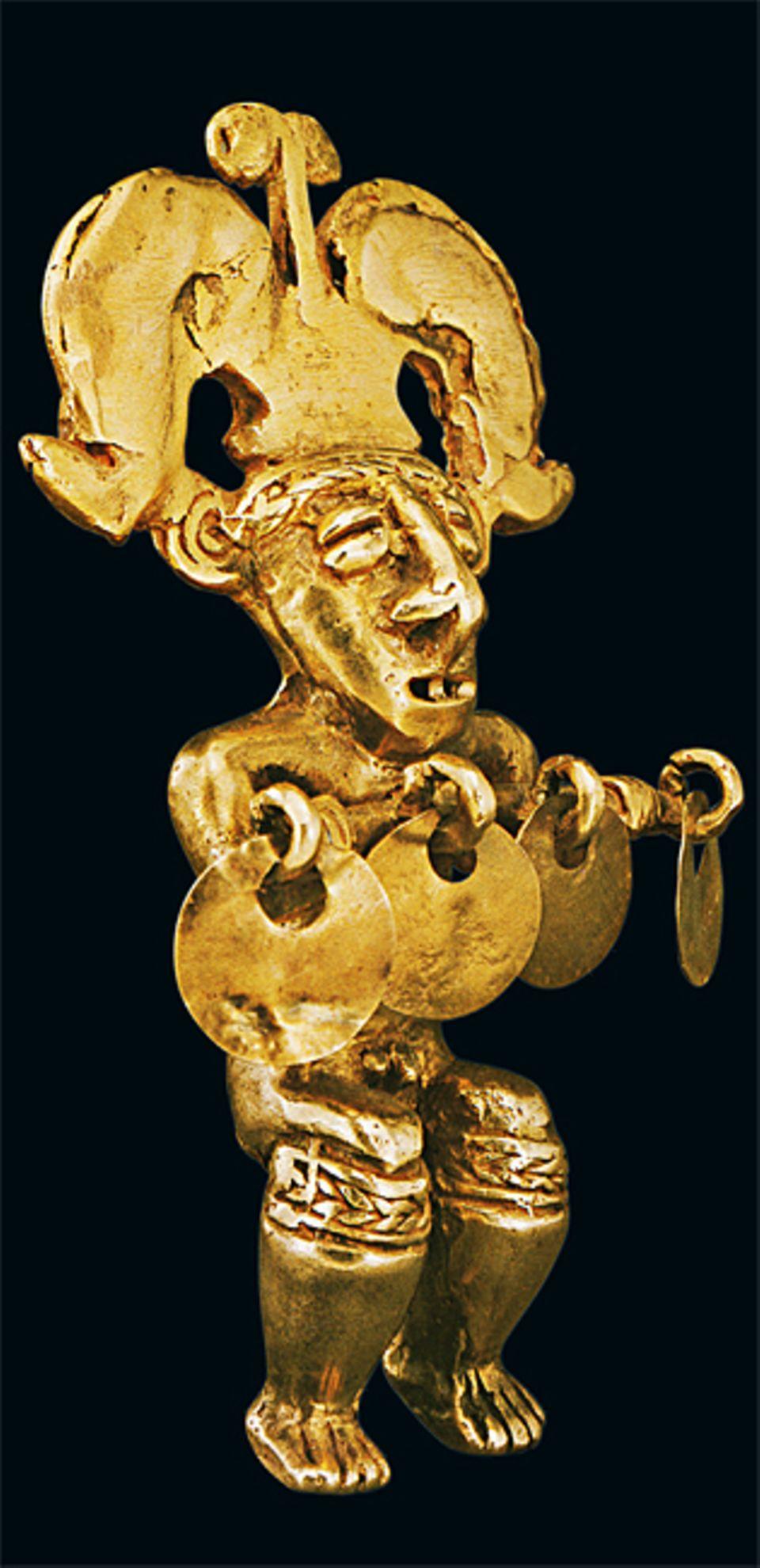 El Dorado: Der üppige Kopfschmuck zeigt, dass diese knapp zwölf Zentimeter große Figur ein machtvolles Stammesmitglied darstellen soll - möglicherweise einen Schamanen