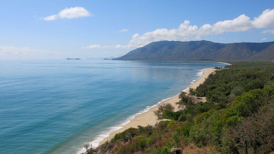 """Australiens Ostküste: Der Aussichtspunkt """"Rex Lookout"""" liegt direkt am Captain Cook Highway, auf halber Strecke zwischen Cairns und Port Douglas. Bei gutem Wetter (und hier ist oft gutes Wetter) starten hier die Hängegleiter des Cairns Hang-Gliding Club"""