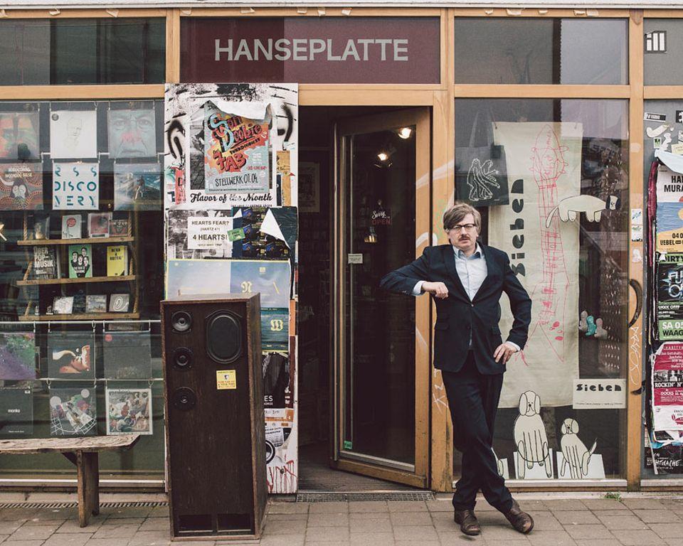 """Das Lesestück: Gereon Klug ist Autor (von unter anderem dem Deichkind-Hit """"Leider geil""""), betrieb acht Jahre in Göttingen einen Plattenladen und gründete 2007 die HANSEPLATTE in Hamburg. Seine hochgelobten Newsletter für dieses auf Hamburger Musik spezialisierte Geschäft erschienen als Buch im Haffmans & Tolkemitt-Verlag: """"Low Fidelity – Hans E. Plattes Briefe gegen den Mainstream"""""""